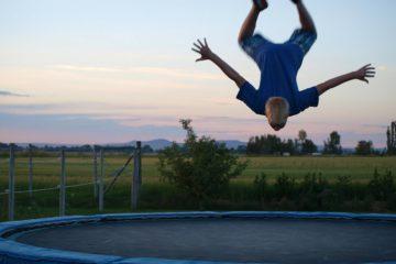Junge hüpft auf Trampolin