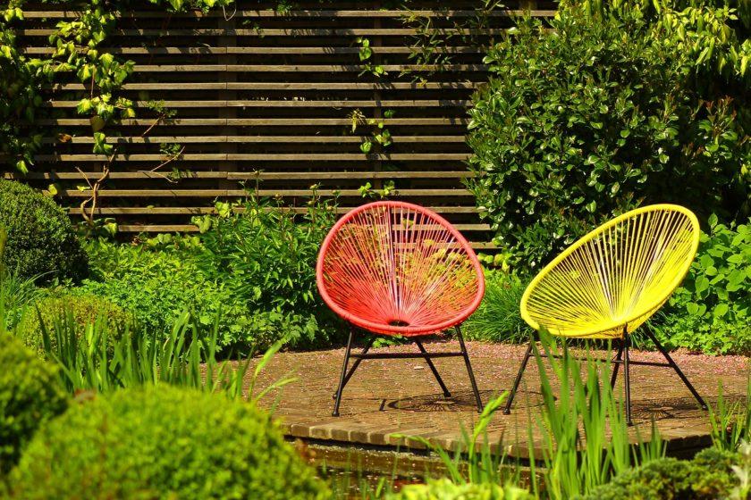 bunte Gartenstühle