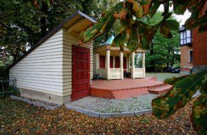 Ein solides Gartenhaus aus Holz bietet eine gute Möglichkeit, hochwertige Gartengeräte unterzubringen. Foto: driesel via Pixabay.