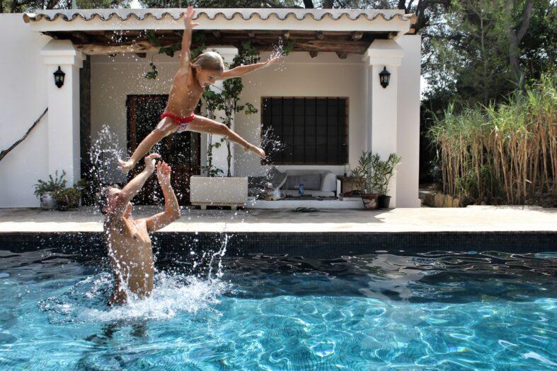 Vor allem aus hygienischen Gründen sollte der Pool die richtige Filteranlage haben. Foto: purpleperny via Twenty20